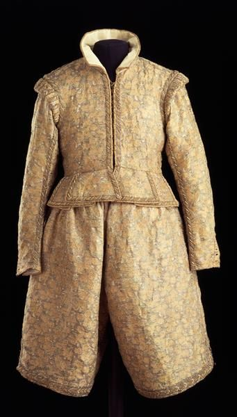 1604. Upper material: Italian broccato/lampas in gold and silk. Tailoring: probably Dresden. It has a quilten linen interfacing and white taffetà lining. Tradition tells it is the dress Duke Johann Georg (I) of Saxony wore to marry Sibylla Elisabeth of Württemberg in Dresden. Hose is interesting!