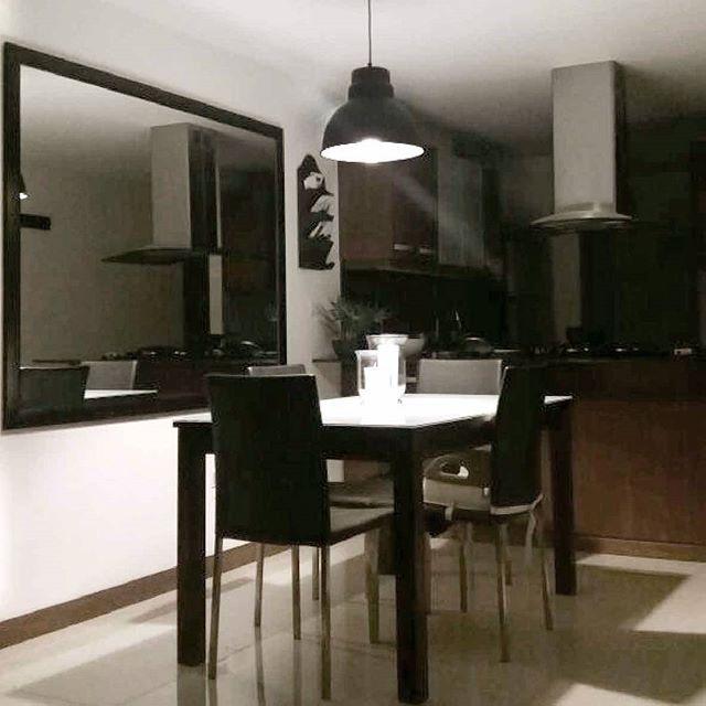 C A I A  3:  Un clásico en nuestra marca que ilumina este acogedor espacio. #vidautil #somosluz #diseñoelamparas #diseñolocal #home #illumination #lighting #light #luz