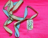 Collier Lézard précieux : plaque militaire argent, estampe lézard patiné vert, strass vintages vert et cabochon vert, ruban en soie teint à la main dégradé vert et bleu : Collier par lericheattirail