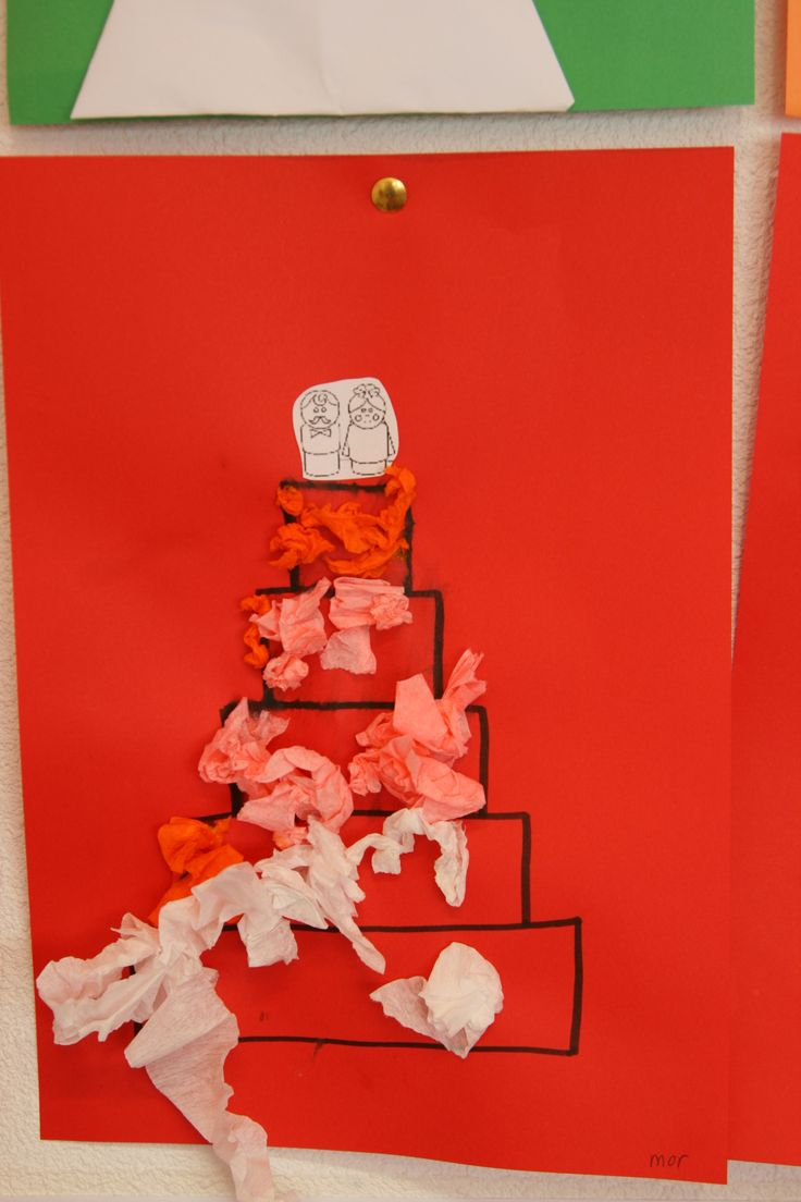 Een bruidstaart. Versiert met crêpepapier.