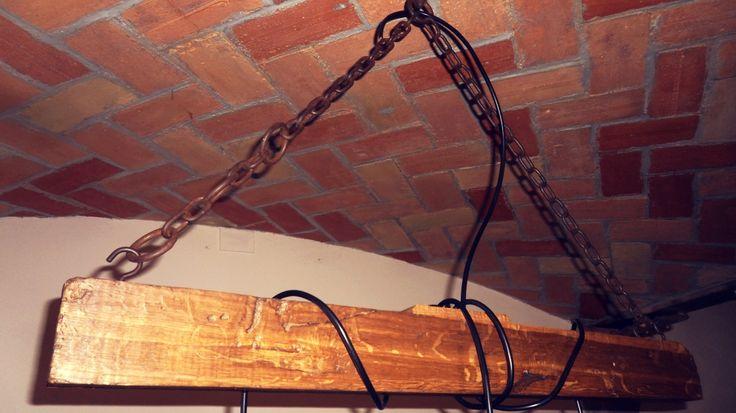 Trave con vecchia catena da stalla restaurata