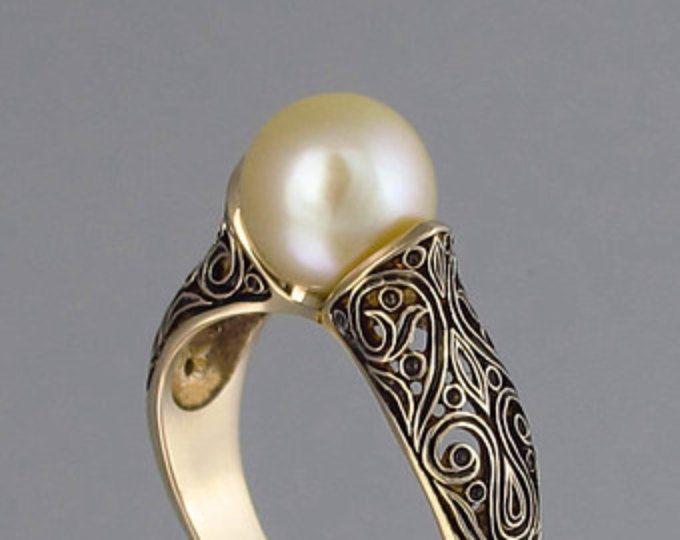 La encantada 14K anillo de oro amarillo con oro perla de mar