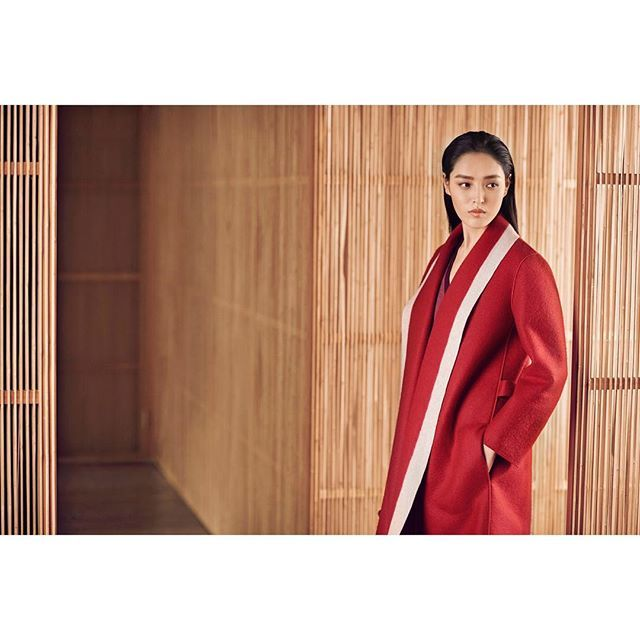 Manteau Sculpture rouge baiser en feutre de cachemire #shangxia #artdelavie #savoirfaire #craftsmanship #cashmere #winter #coat #red #colorblock #china