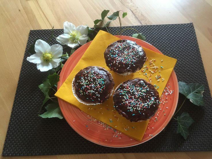 Für Kindergeburtstage macht man lieber gleich zwei Bleche von den Muffins, denn so gut kann man gar nicht aufpassen, da sind die schon wieder alles gegessen!