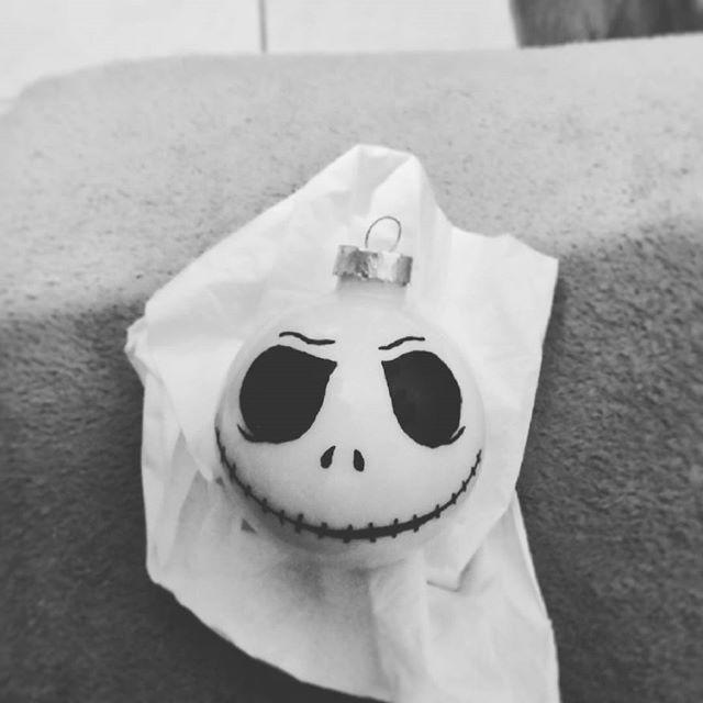#handbemalt mit #porzelanstift #handemade #handarbeit #nightmarebeforechristmas #christbaumkugeln #weihnachtsbaumschmuck #christmastree #jack #halloween #happyhalloween #halloweendecorations #halloweenday #halloweendecor