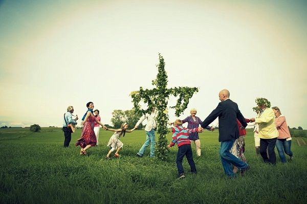 Once the maypole has been erected, people of all ages will dance around it and sing traditional folk songs. One very famous song, 'Små Grodorna', requires everyone to hop around the maypole like a frog. Especially after a few drinks, this is highly entertaining.