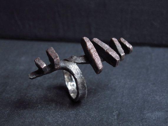 Anello fatto a mano senza l'ausilio di stampi predefiniti