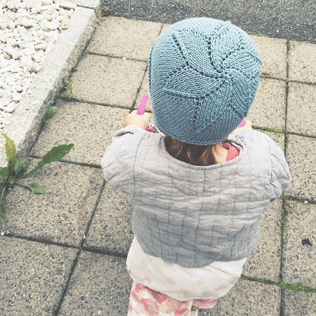 "While my 5 yo usually hates everything I knit, my 2 yo loves it. Everytime she sees me knitting she says: ""That's mine"", and fights off her sister when it's time to try something on. In other words, she was super happy to put on her new bonnet. // Nystrikka #blåveiskyse etter oppskrift fra @knitme.no. Veldig morsom og rask å strikke. Anbefales! #gurostrikker2016 nr 19"