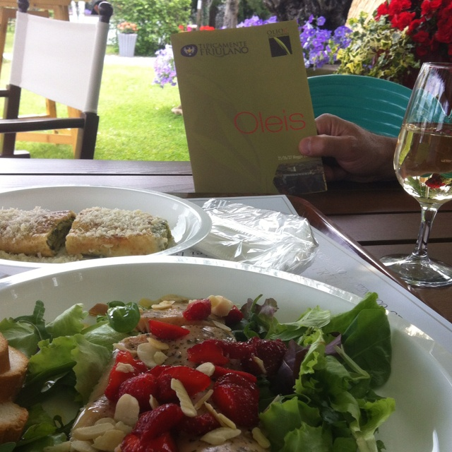 #Oleis (#manzano) trota, mandorle, insalata e fragole... Interessante!