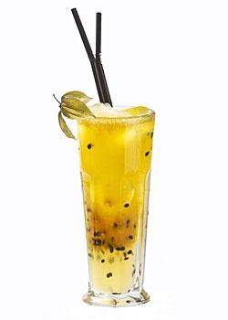 Cócteles sin alcohol  A MI CHICA. Ingredientes: 8 cl de pulpa de maracuyá, 4 cl de zumo de limón, 4 cl de sirope, 12 cl de soda. Elaboración: Introducir todos los ingredientes –menos la soda– en el vaso, remover con una cuchara, agregar helo y completar con soda, hasta el tope del recipiente.