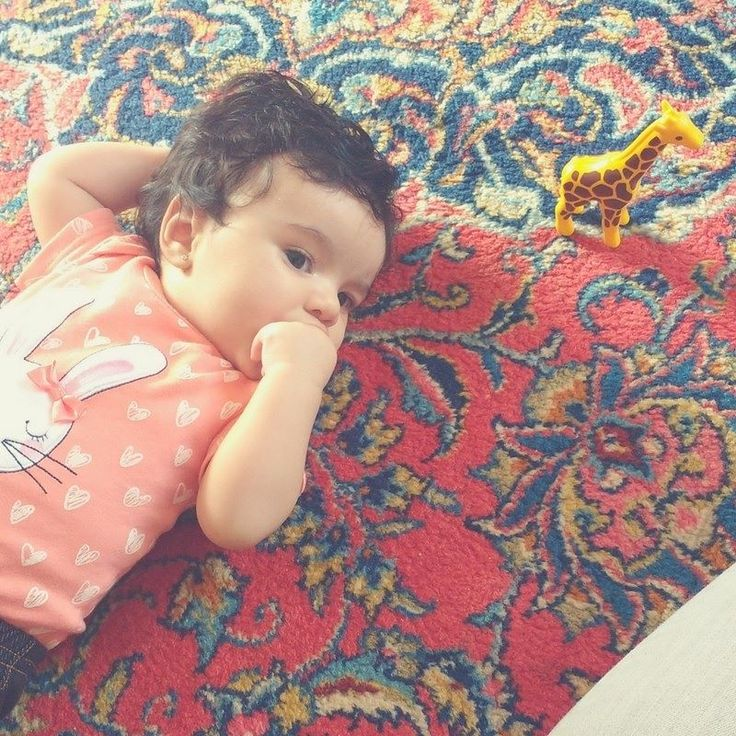 E os dedinhos na boca continuam...Acho espero... que agora com ela começando a segurar mais brinquedos comece a colocar os brinquedos na boca e esqueça um pouco dos dedinhos já que bico ela não quer pegar não.  Nessa foto a Elisa está relaxando no tapete da casa de uma amiga e lá tinha essa girafa sabe que ela adorou a girafa segurou a girafa bem forte e ficou um tempão com ela na mão. Esse e um livrinho de pano foram os brinquedos que ela mais segurou até agora.  #maternidade #filhos #bebê…