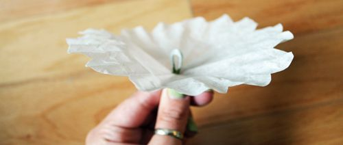 DIY fleurs en papier: les ingrédients  Des filtres à café ou caissettes à gâteaux Du fil de fer à tiger (vous en trouverez ici) Du ruban adhésif floral (vous en trouverez ici ), vous pouvez aussi utiliser du masking tape mais ce sera plus difficile à appliquer. Colle DIY fleurs en papier: la recette  Plier les filtres ou caissettes plusieurs fois sur elles-même    couper le centre pour créer une forme coeur    ouvrir les pétales créé    Faire une petite boucle à une extrémitéde votre fil…