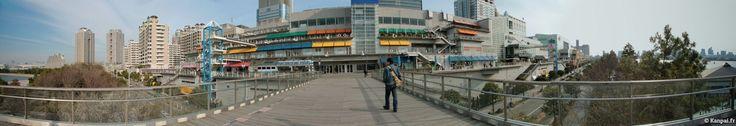 Odaiba est une île artificielle située dans la baie de Tokyo, au sud-est du cœur de la capitale. Constituée majoritairement de bureaux et de centres commerciaux, elle est construite surun polder imaginé dès 1853....