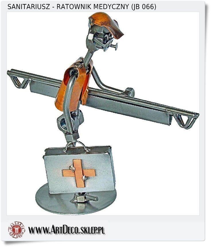 Metalowa śmieszna figurka ratownika medycznego z noszami w drodze do rannego