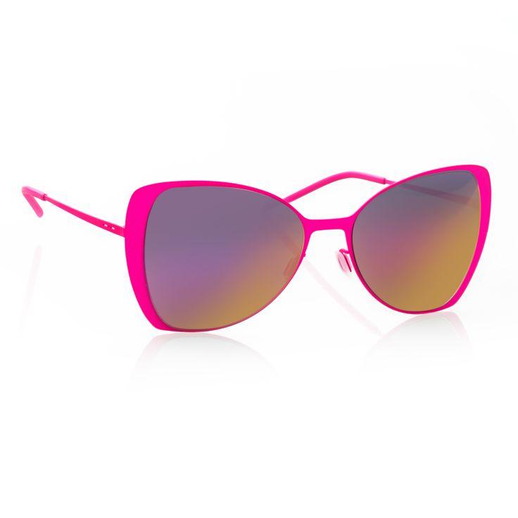 Occhiale Italia Independent a forma di farfalla super sottile in metallo di colore rosa. Montatura super leggera e ad alta resistenza con vernice opaca. Occhiali Italia Independent con lenti sfumate.   http://www.cheocchiali.com/prodotti/occhiale-da-sole-italia-independent-i-thin-metal-0204-018