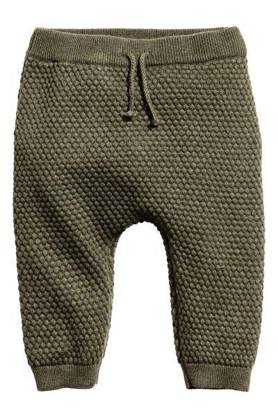 Pantalon au point de riz: EXCLUSIVITÉS BÉBÉ/CONSCIOUS. Pantalon au point de riz en doux coton bio. Modèle avec élastique et liens décoratifs à nouer à la taille. Finition bord-côte en bas de jambe.
