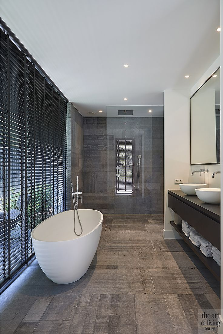 Neu erbaute Villa, auf 2 Ebenen, modern, modern, Joost van der Sande, Badezimmer, Badewanne, …  #ebenen #erbaute #joost #modern #sande