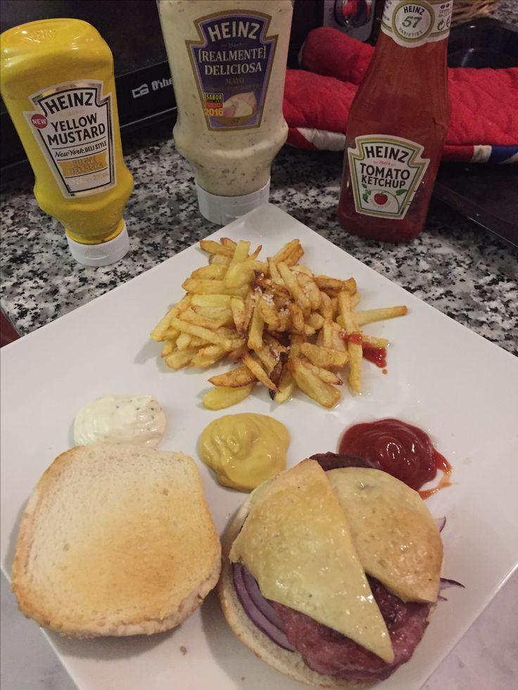 HAMBURGUESA de pollo, queso viejo y cebolla morada . Acompañada de patatas fritas (no congeladas) y mix de salsas HEINZ😇