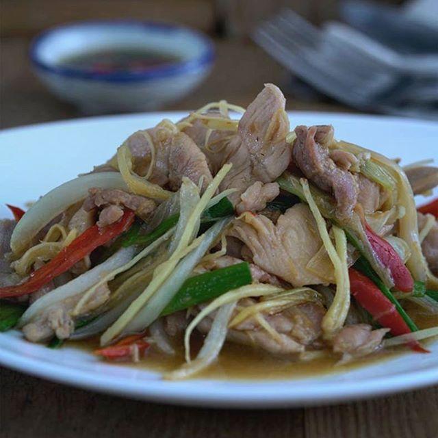 """#NuevoVídeo Han sido unos cuantos días """"Out"""" con el desarrollo de mi web. Hoy vuelvo con salteado de pollo con jengibre, un salteado muy típico tailandés con un sabor único y muy exótico. 🐔🌶️🌿 Espero que os guste, un saludo muy grande para todos. El enlace de la receta está arriba en mi perfil y Stories. ☝️ • • • • • #salteado #salteadodepollo #salteadothai #stirfrychicken #thaifood #comidatailandesa #cocinatailandesa #comidaasiatica #cocinaasiática #thaistirfry #receta"""