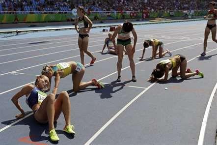 Atletas exaustas após prova de 3 000 metros obstáculos. (Jogos Olímpicos, 2016/Rio de Janeiro)