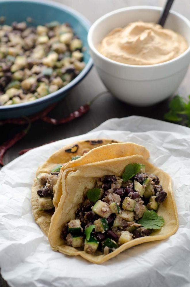 Tacos de calabacitas y frijoles negros con una salsa de chile de arbol y almendras.
