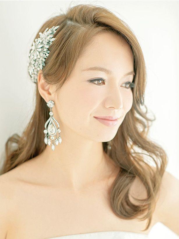 結婚式やウェディングスタイルは一生に一度のイベント!どんな髪型にしようか迷いますよね。そんななか、ダウンヘアに決めた貴女にティアラやベールで彩る、花嫁の華やかなヘアスタイルやヘアアクセをご紹介します。