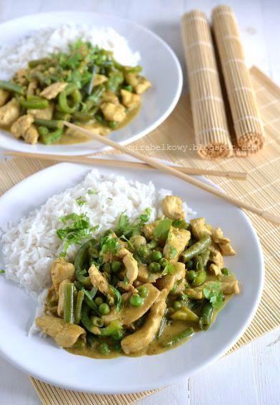 Przepisów na kurczaka z zieloną pastą curry znalazłam na necie sporo. Właściwie przy takiej potrawie można improwizować. Bazą jest oczywiści...