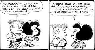 Quadro um:Mafalda e Manolito caminham lado a lado. Ele diz: As pessoas esperam que o ano que está começando seja melhor que o anterior. Quadro dois: Mafalda vira-se, fica frente a frente com Manolito e responde: Aposto que o ano que está começando espera que as pessoas é que sejam melhores. Fim da descrição.