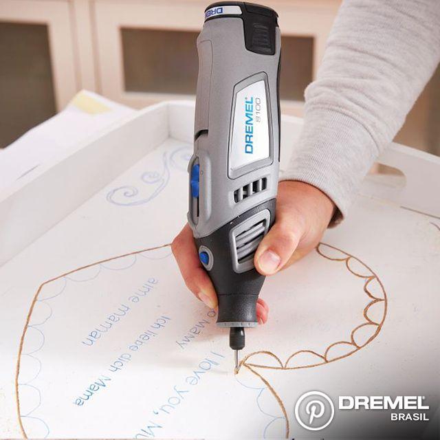 Passo 3: Com o desenho feito, use qualquer microrretífica Dremel e um ponta para gravação em madeira para fazer o contorno.