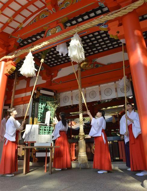 生田神社ですす払い(兵庫県神戸市) 夜明けとともにすす払い(成田山新勝寺)