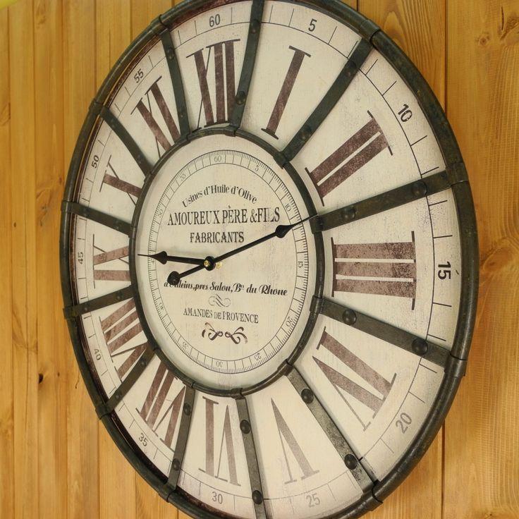 Velké nástěnné hodiny s římskými číslicemi