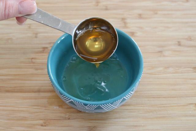 apple cider vinegar in bowl kills fruit flies
