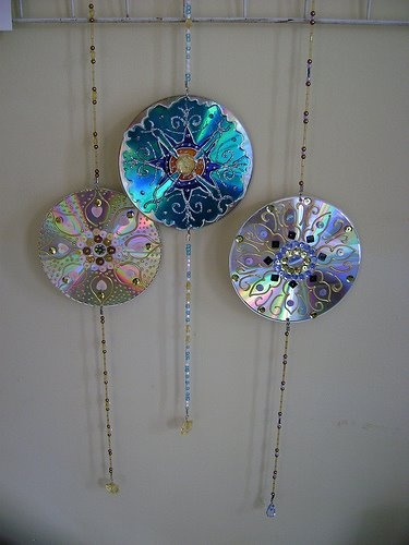 I didn't like the plain cd as a suncatcher before, but wow, what a difference some alterations make. Instructions in Spanish, but I think I get it.