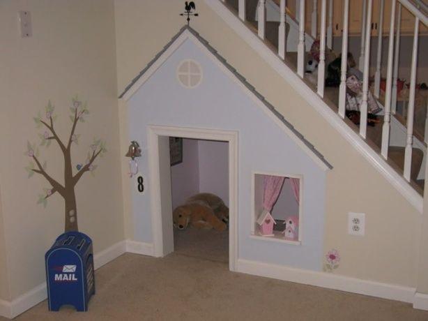 Een eigen huisje voor de hond onder de trap. (of voor kids)