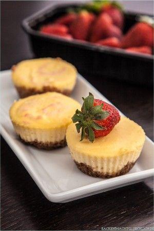 Backen macht glücklich | Kleine New York Cheesecakes mit Erdbeeren | http://www.backenmachtgluecklich.de