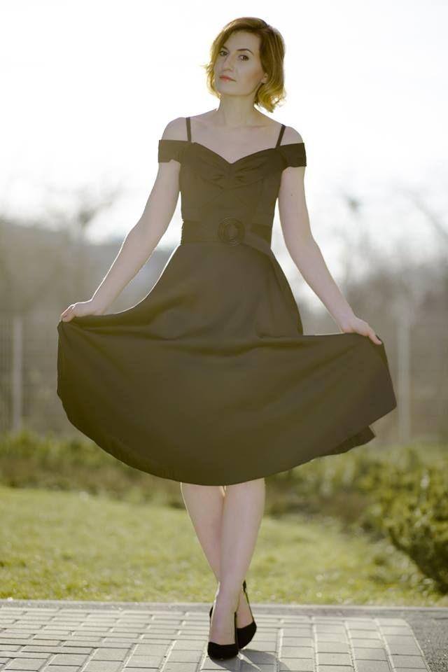 Glamourina w sukience Grace prezentuje się niezwykle szykownie i elegancko - styl prosto z lat 50'. Uwielbiamy, kiedy nasze sukienki wybierają nie tylko polskie gwiazdy, ale i czołowe polskie blogerki!  http://glamourina.pl/sukienka-stylu-50/  #semper #semperlife #semperfashion #dress #fashion #blog #bloglife #bloggerka #glamourunia #glamour #photosession #stylish #malaczarna #sukienka #stylizacja #inspirations #fashioninspirations #classy #littleblackdress #kobietasemper