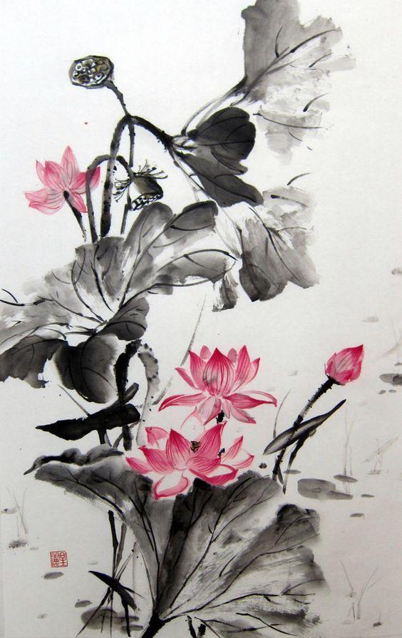 Sobre un finísimo papel de arroz, esta dibujada la flor del loto. El contraste entre rojo pasión y negro tinta, la hacen mas delicada y sobresaliente.