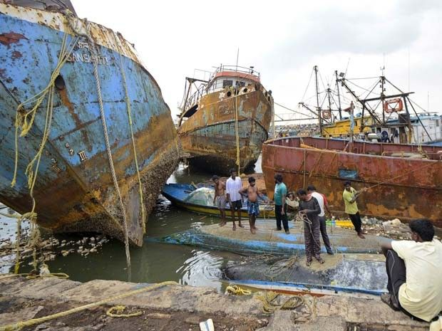 Barcos foram danificados por passagem de ciclone na cidade de Visakhapatnam, na Índia, nesta segunda-feira (13) (Foto: REUTERS/R Narendra)