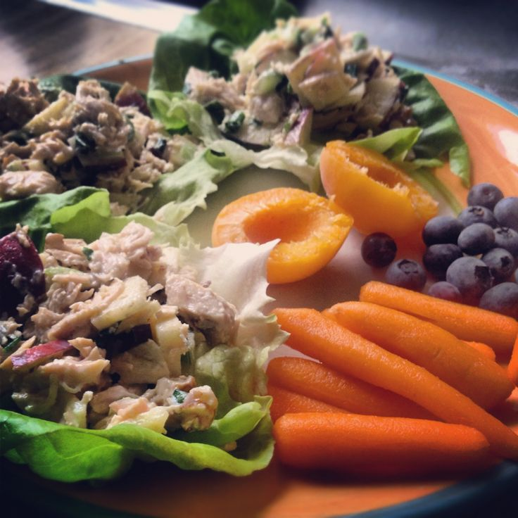 This entire plate of food is only 300 calories! Recipe for low cal (AND DELICIOUS) Chicken Salad! #skinnyrules