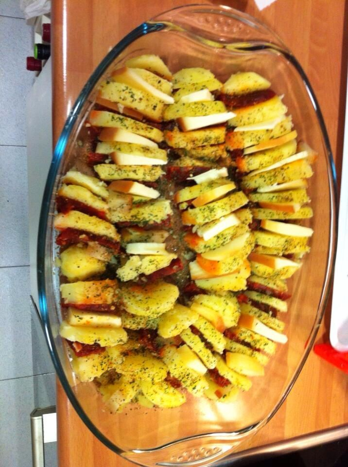 Patatas con chorizo y queso , al horno