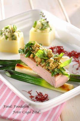 Sertésszűz bazsalikomos morzsával, grillezett újhagymával és fűszeres töltött burgonyával