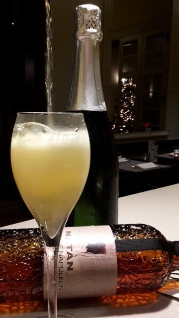Cocktail van de maand in jazzbar 'The Duke' (Hotel Navarra) ... Mandarine Royale  Deze #cocktail is gemaakt met Mandarine Napoléon, schuimwijn en sinaasappelsap. #Mandarine_Napoléon is een Belgische vruchtenlikeur, gedistilleerd volgens een recept van meer dan een eeuw oud. Het is een harmonieus samengaan van mandarijnen en alcohol.  Moet je beslist eens komen proeven.  http://www.hotelnavarra.com/nl/info/101/Hotel-bar.html
