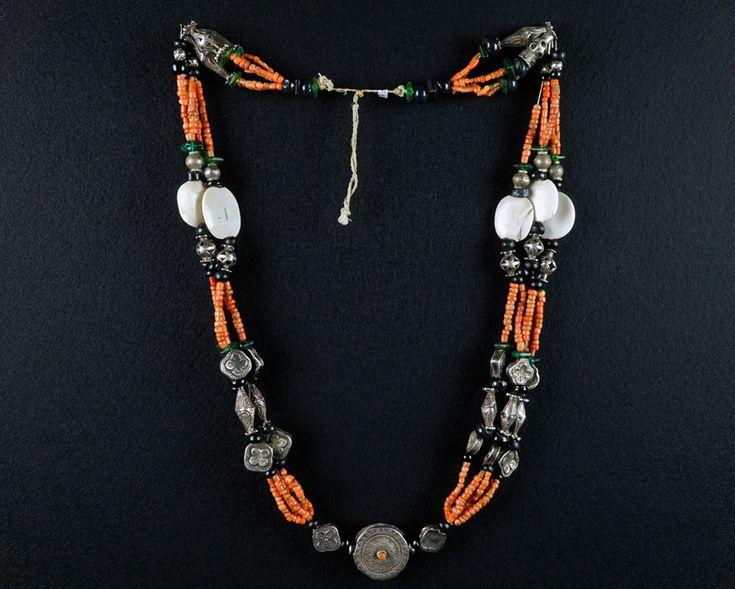 Amulett-Kette, Silber, Koralle, Muschelscheiben. Zentral-Asien, Tadschikistan. L38 cm.