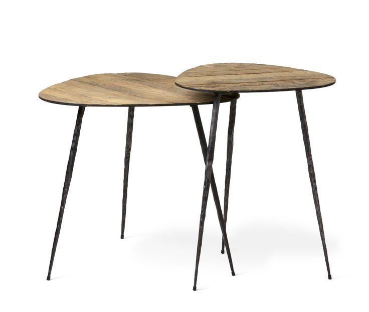 Ge ditt rum rätt vintagekänsla med ett handgjort soffbord. Vackra Kira har en tunn skiva i metall med återvunnet lackerat ekfaner på toppen. Faneret har en grov struktur för att ge bordet det rätta lite slitna utseendet. De nätta benen är handsmidda i järn med svartlackerad yta. Hantverket bakom Kira gör att varje soffbord blir helt unikt. Kira har en enkel och luftig design vilket gör att det är fint att ställa flera bord tillsammans.