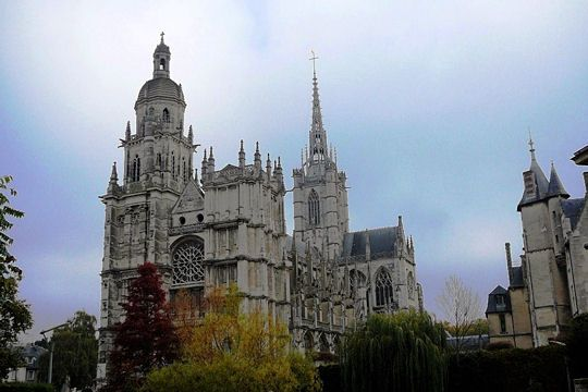La Cathédrale Notre-Dame-d'Evreux. This building, emblematic of the city, combines a mele of different architectural styles: Gothic radiant, Gothic and Henri II.