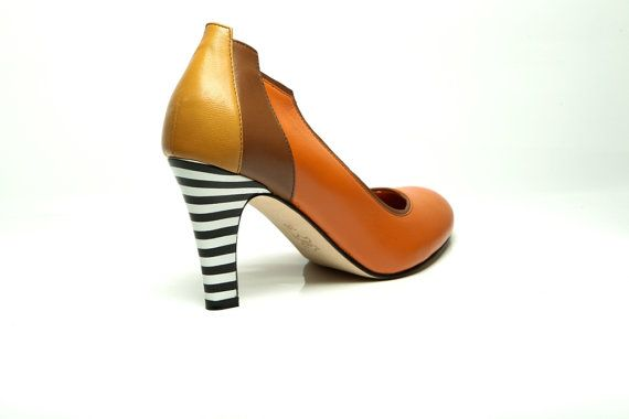 Sophisticated three-tone rounded toe pump