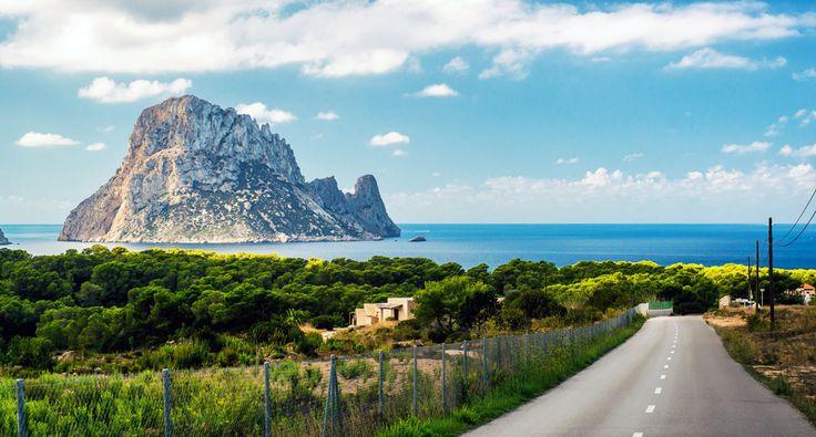 Als ik vroeger iemand over Ibiza hoorde praten, dacht ik vooral aan het extravagante en bruisende nachtleven. Nu ik er meerdere keren ben geweest, heb ik ontdekt dat Ibiza ook een hele andere kant heeft. Groene heuvels in het noorden, afgelegen strandjes, witte boerderijen en traditionele restaurantjes verstopt tussen de dorpjes. Dat vind je hier ook allemaal! Wil jij ook de authentieke, andere kant van Ibiza ontdekken? Ik geef je in deze blogpost een paar tips om buiten de gebaande paden te…