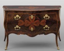 Comò Luigi XV a due cassetti lastronato in palissandro ed intarsiato con il tradizionale motivo del cuore in bois de rose ripetuto sul fronte, sui fianchi e sul piano, Genova metà sec.XVIII