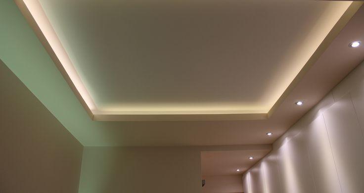 Dormitorio iluminado con tiras de LEDs en foseado del techo y dicroicas LED para bañar el armario.