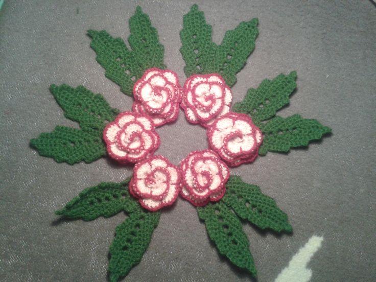 Rózsa  Minta: http://www.skiptomylou.org/2014/02/27/free-easy-rose-crochet-pattern